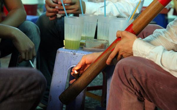 Vì sao người Việt thích hút thuốc lào, tên gọi này xuất phát từ đâu, thuốc lào có hại không?